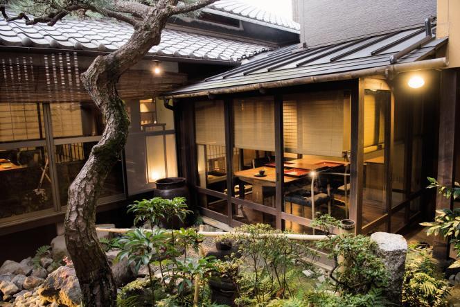 Sols en bois laqué, petits jardins, bains thermaux privés, et surtout mets raffinés : l'auberge Mari est le comble du luxe à la japonaise.