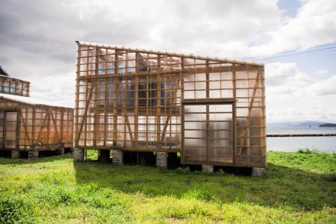 A l'intérieur de ces «ryuka enden», sorte de serre en bois et Plexiglas, est fabriqué lesel marin de l'île.