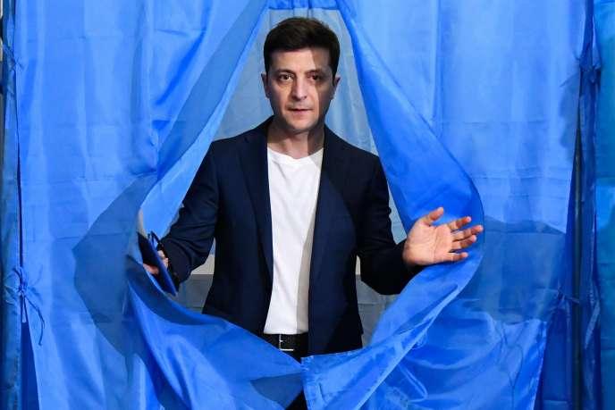 Volodymyr Zelensky sort de l'isoloir le 21 avril lors de l'élection présidentielle en Ukraine.