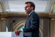 Emmanuel Macron s'adresse aux pompiers ayant participé aux opérations pour sauver Notre-Dame de Paris des flammes, à l'Elysée, le 18 avril.