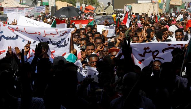 Des manifestants dans les rues de Khartoum le 24 avril.