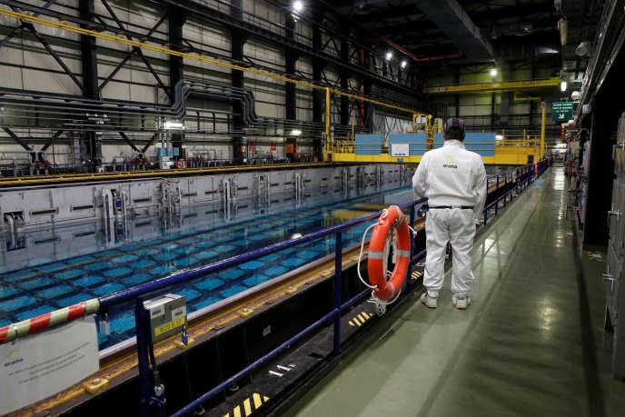 Un ouvrier surveille le combustible nucléaire irradié dans une piscine de stockage du site Orano (ex-Areva) de La Hague (Manche), le 4 avril.