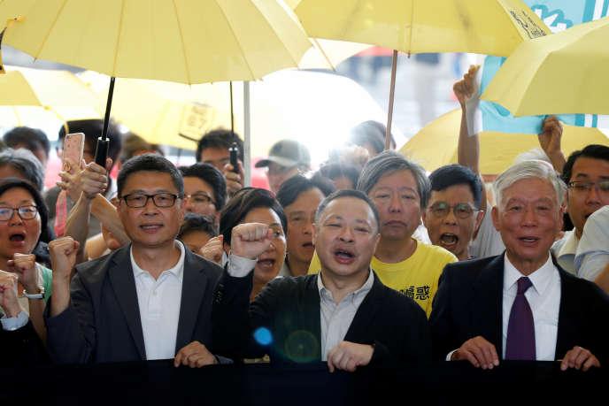 De gauche à droite, les militants prodémocratie Chan Kin-man, Benny Tai and Chu Yiu-ming, à leur arrivée au palais de justice, le 24 avril 2019, avant l'énoncé de leur sentence pour leur implication dans la «révolution des parapluies».