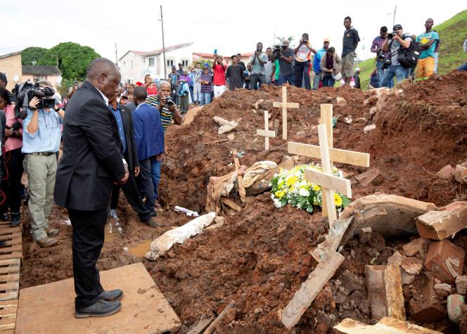 Le président sud-africain Cyril Ramaphosa à Chatsworth, près de Durban, après les inondations meurtrières, le 24 avril.