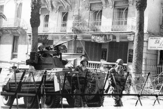 Soldats français dans une rue d'Alger, le 8 mai 1962.