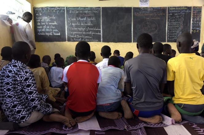Près de Dakar, les enfants sans acte de naissance sont privés d'éducation après le primaire.