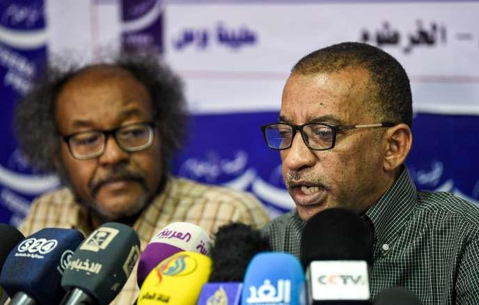 A droite, Omar Al-Digeir, l'un des leaders de la contestation, s'exprime en conférence de presse à Kharthoum le 24 avril avant de prendre part à la réunion avec le Conseil militaire.