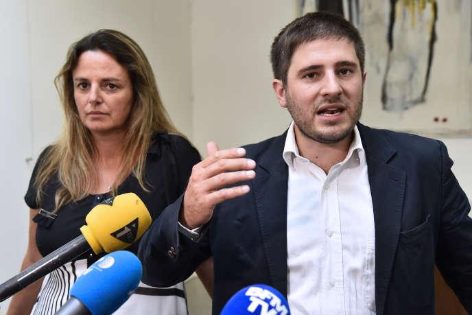 Me Oudin et Marine Martin, présidente d'une association d'aide aux parents d'enfants victimes de la Dépakine, à Paris, le 24 août 2016.