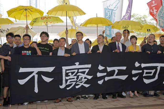 Des activistes manifestent leur soutien aux chefs du mouvement prodémocratique hongkongais condamnés pour leur rôle dans la «révolte des parapluies» en 2014. Au premier rang, les leaders :Eason Chung, Raphael Wong, Tommy Cheung, Lee Wing-tat, Chan Kin-man, Benny Tai, Chu Yiu-ming, Tanya Chan and Shiu Ka-chun.
