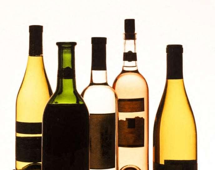 Accompagnée par un maître sommelier et un vigneron, les employés de Replica Wine mélangent certaines quantités de vins en vrac, cherchant à s'approcher au plus près des données identifiées