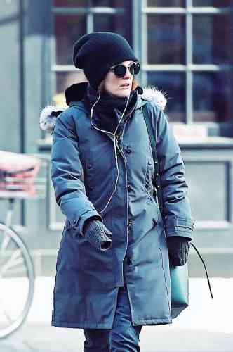 Julianne Moore continue d'enchaîner les hauts et les bas stylistiques. Pour se mettre à l'abri du froid new-yorkais, en même temps que des paparazzis, l'actrice, qui a remporté le prix d' interprétation féminine à Cannes, en 2014, pour son rôle dans «Maps to the Stars», de David Cronenberg, arbore ainsi un bonnet sans charme, une paire de lunettes sans relief et une parka canadienne sans style mais équipée d'une capuche ourlée de véritables poils de coyote. Pour ne rien arranger.