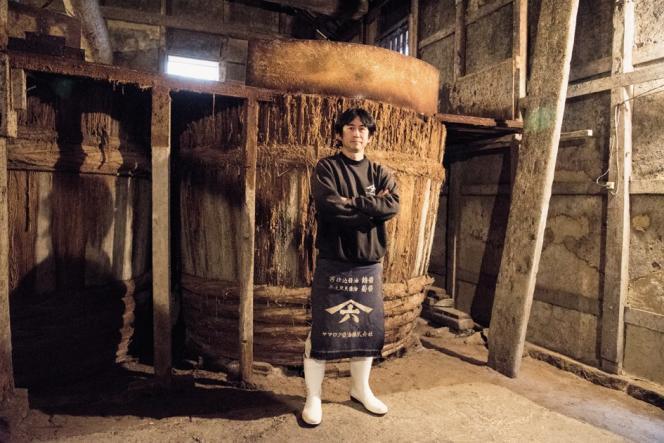 Le producteur artisanal de sauce soja Yamaroku fait vieillir ses nectars dans des fûts en bois fabriqués à la main.
