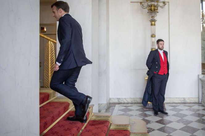 Emmanuel Macron sort d'une réunion de lancement de la reconstruction de la cathédrale Notre-Dame de Paris, le 17 avril.