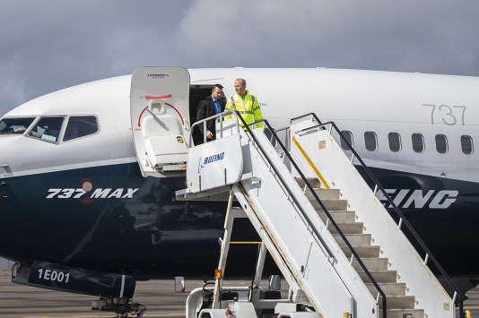 Le patron de Boeing, Dennis Muilenburg (au premier plan), sort d'un 737 MAX, à Seattle (nord-ouest des Etats-Unis), le 3 avril.