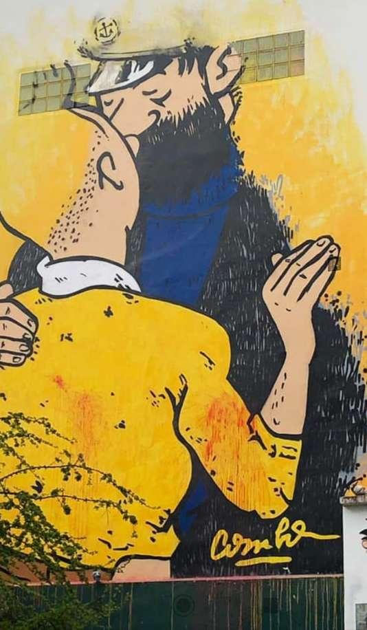 Fresque de Tintin et Haddock dégradée par des jets de peinture rouge rue des Petits-Carreaux, à Paris.