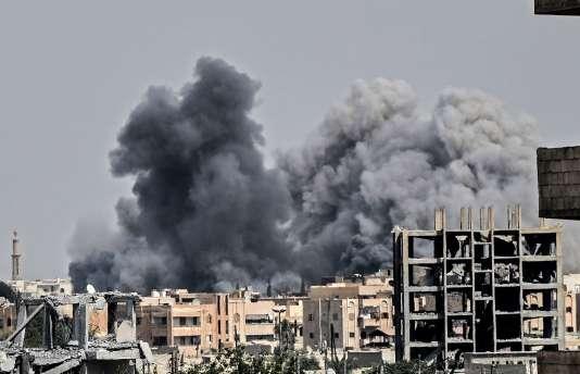 Une frappe aérienne de la coalition internationale anti-EI dans un quartier de Rakka, en juillet 2017.