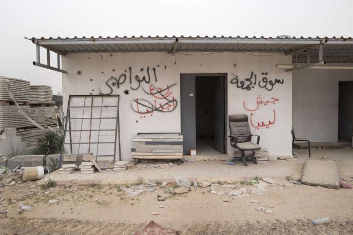 Dans le village Aïn Zara, près de Tripoli, les murs témoignent de qui détient le territoire : le rouge pour Haftar, le noir pour Sarraj.