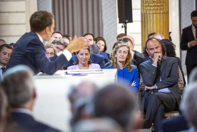 Le premier ministre Edouard Philippe (à droite) avec à sa gauche les ministres Nicole Belloubet, Agnès Buzin et Gérald Darmanin,  écoutent Emmanuel Macron, président de la République lors de sa conférence de presse au Palais de l'Elysée à Paris, jeudi 25 avril