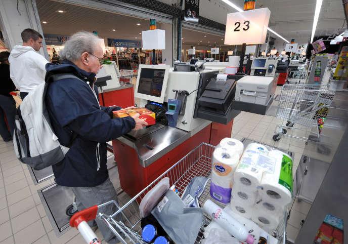 Des caisses automatiques dans un hypermarché à Rennes, en 2008.