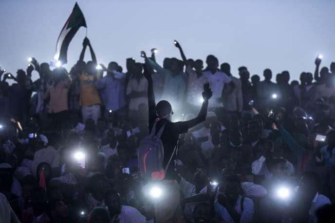 Des dizaines de milliers de manifestants réclament la mise en place d'un pouvoir civil lors de la« marche du million» à Khartoum, le 25 avril.