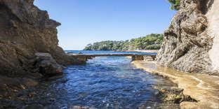 Vue depuis l'intérieur d'une petite crique sur le chemin du littoral de la prequ'île de Giens.