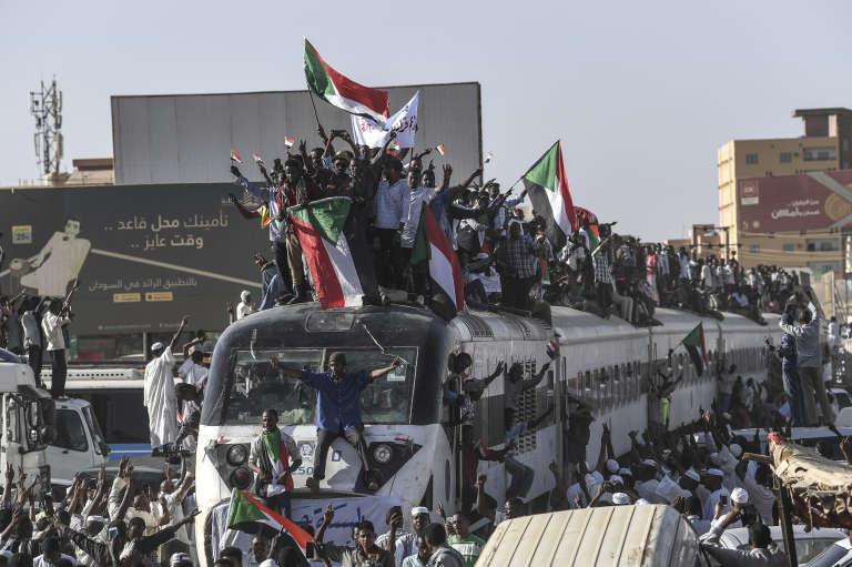 Des Soudanais affluent à Khartoum pour manifester par le train d'Atbara, ville située à 300 km au nord-est de la capitale soudanaise, le 23 avril 2019.