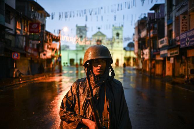 Un soldat devant le sanctuaire Saint-Antoine à Colombo, le 25 avril.