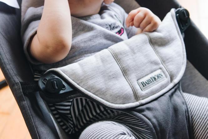 Le BabyBjörn est doté d'un système d'attache un peu complexe, avec des boutons qui se glissent dans des encoches en plastique.
