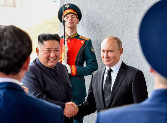 Kim Jong-un et Vladimir Poutine posent lors de leur réunion à Vladivostok, en Russie, le 25 avril.
