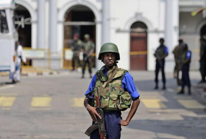 Un soldat sri-lankais devant l'église Saint-Antoine de Colombo, le 25 avril.