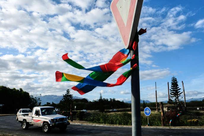 Lors de la visite d'Edouard Philippe à Kone en 2018, des partisans de l'indépendance avaient accroché leurs couleurs sur les poteaux de la ville.