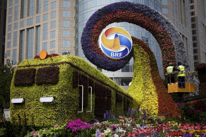 Des ouvriers finissent d'installer une décoration pour le deuxième Forum des«nouvelles routes de la soie» à Pékin, le 23 avril.
