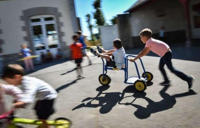 Des enfants jouent dans une cour d'école en France, le 7 septembre 2018.