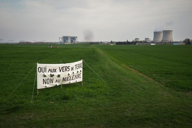 Près de la centrale de Saint-Laurent-des-Eaux, dans le Loir-et-Cher, le 15 avril.