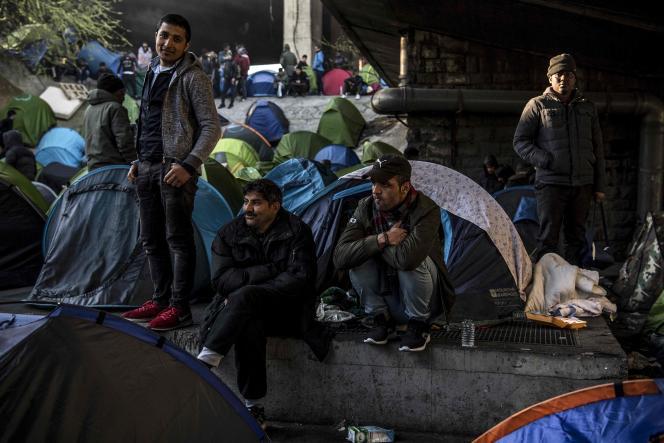 Des demandeurs d'asile lors d'une opération d'évacuation d'un camp de fortune de la porte de la Chapelle, à Paris, le 4 avril.