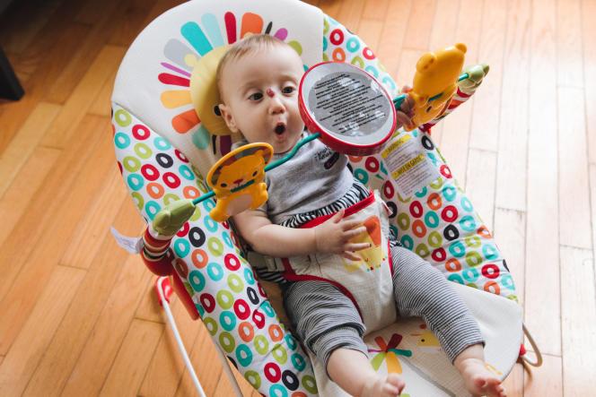 De nombreux bébés, y compris notre petite testeuse, aiment se regarder dans un miroir, comme celui intégré à l'arceau de jeu du Bright Starts.