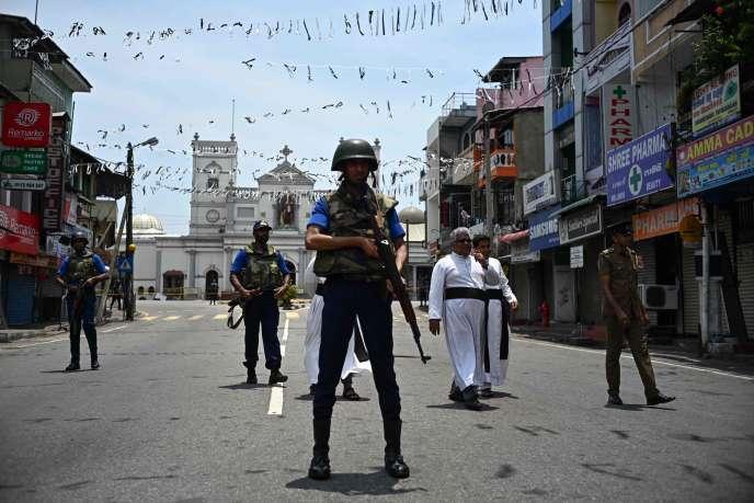 Colombo, le 25 avril. Des soldats montent la garde devant le sanctuaire Saint Anthony.