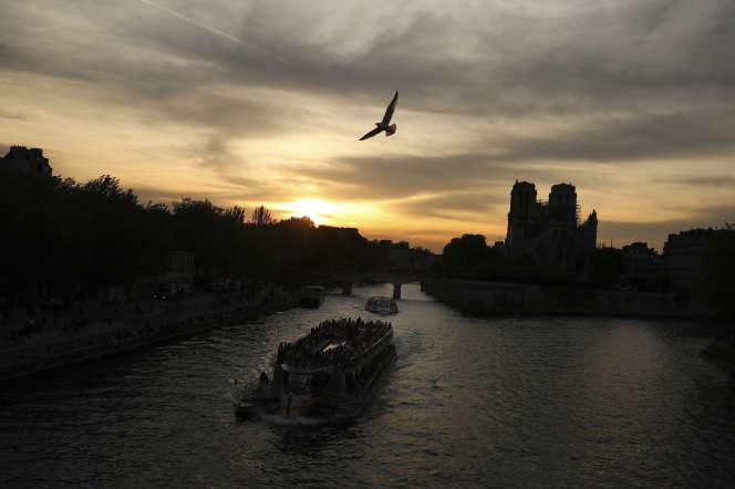 Le groupe de BTP Vinci a reconnu avoir déversé des eaux chargées de résidus de béton sur les berges de la Seine, photographiée ici le 21 avril.