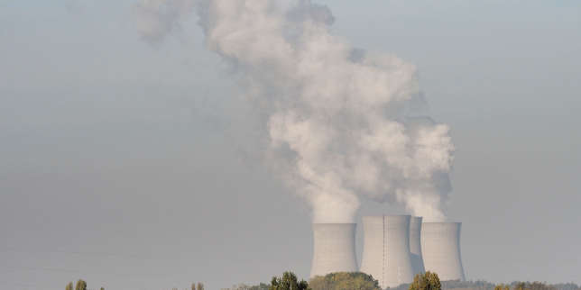 Smoke rises from the cooling towers of the nuclear plant of Dampierre-en-Burly near Orleans, central France, on October 23, 2018. (Photo by GUILLAUME SOUVANT / AFP)