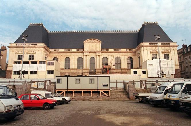 3 février 1999 : cinq ans après l'incendie du palais, les Rennais retrouvent peu à peu la silhouette familière du bâtiment, que la Cour d'appel a réintégré dans l'année.