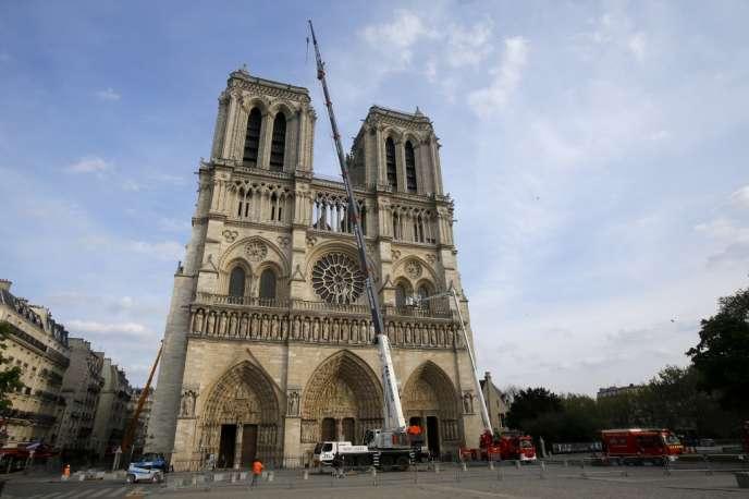 Notre-Dame de Paris le 18 avril, trois jours après l'incendie qui a détruit une grande partie de sa charpente et fragilisé le bâtiment tout entier.