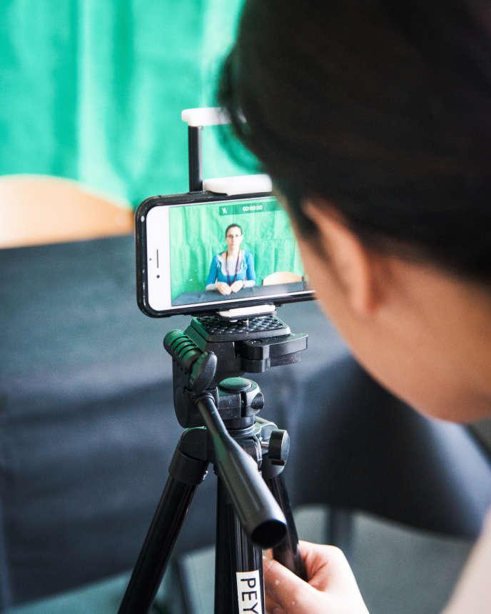 Préparation pour le tournage, dans le cadrede l'atelier «jeunes reporters», au collège Robert-Doisneau, le 18 avril.