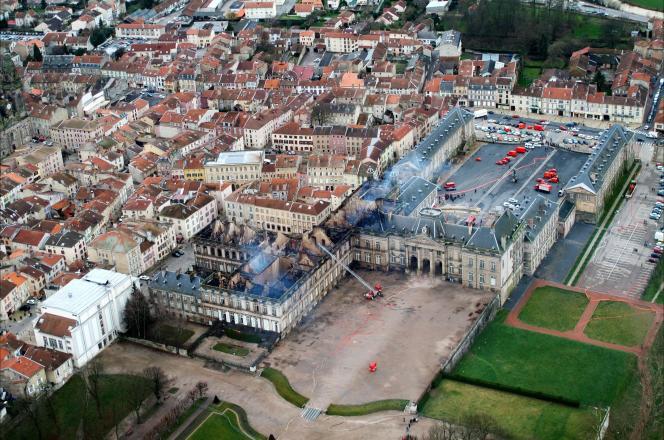 « L'incendie [du château de Lunéville] a suscité en Lorraine un émoi équivalent à celui qu'a suscité celui de Notre-Dame de Paris en France et dans le monde. » (Vue aérienne, le 3 janvier 2003.)