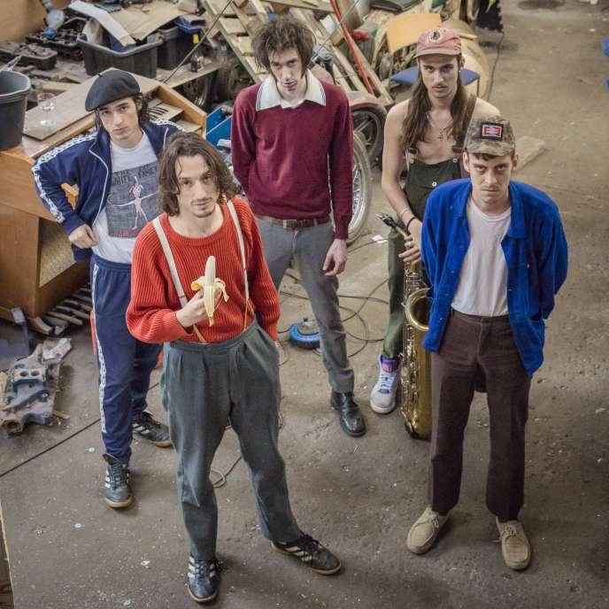Nathan Saoudi (avec le béret), Lias Saoudi (pull rouge), Adam Harmer (sweat bordeaux), Alex White (casquette rouge) et Saul Adamczweski (chemise bleue), en janvier, à Sheffield.