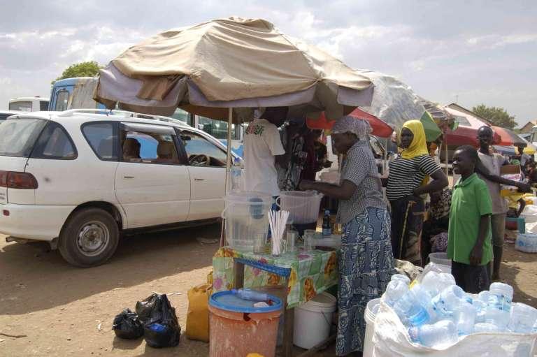 Vendeuses de boissons fraîches à la gare de Custom, à Juba, capitale du Soudan du Sud.