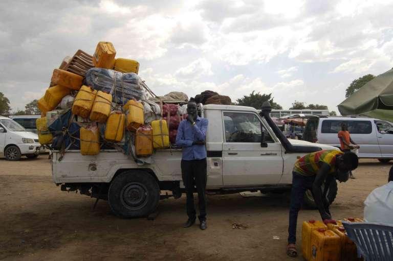 A Juba, Buona Bak, gérant de Lol Company for Transport, devant l'un de ses pick-up chargé de toute l'essence nécessaire au trajet aller-retour pourBentiu, dans le nord du Soudan du Sud : « Au cas où les stations serainet à sec !»