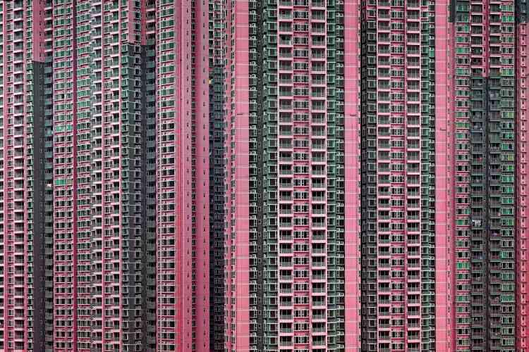 «Michael Wolf propose une déambulation visuelle au cœur des mégapoles de Hongkong ou de Chicago. Ses cadrages serrés, à la géométrie impressionnante, font de ses œuvres des compositions à la limite de l'abstraction. Pour accentuer l'expérience immersive, le Festival du regard expose ses tirages photographiques dans une scénographie particulière (salle obscure avec un éclairage focalisé sur les tirages de grand format).»