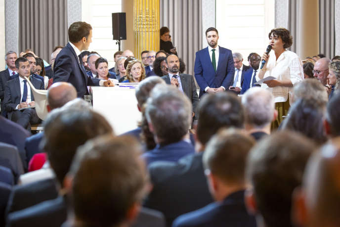 Emmanuel Macron écoute la première question, posée parElizabeth Pineau, la présidente de l'Association de la presse présidentielle, le 25 avril.