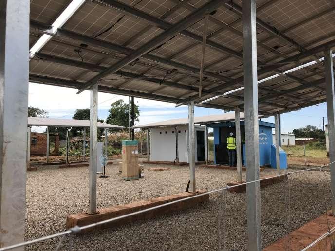 A Chitandika, dans l'est de la Zambie, le groupe français Engie a installé un mini-réseau électrique, qui permet de raccorder une centaine de maisons, des bâtiments agricoles et un centre de santé.