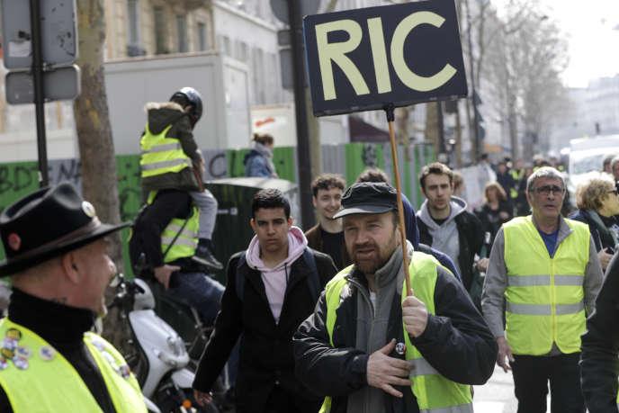 Des manifestants« gilets jaunes», le 23 mars à Paris.